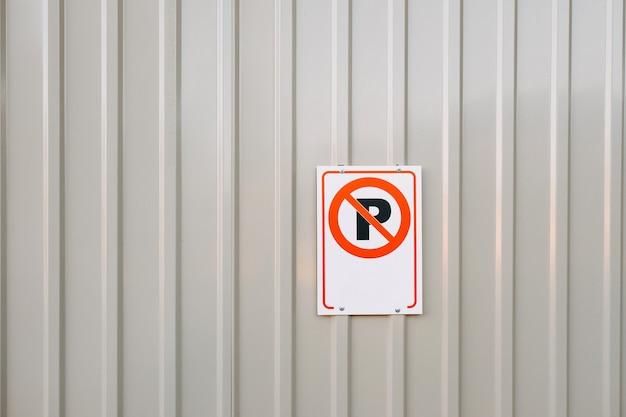 No hay señal de estacionamiento en una valla metálica