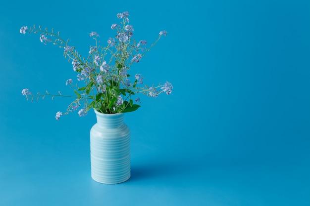 No me olvides flores en un jarrón