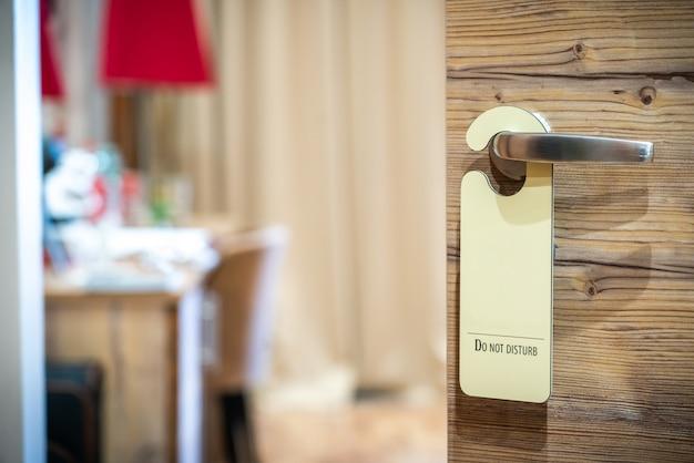 No molestar letrero colgado en la puerta abierta de un hotel