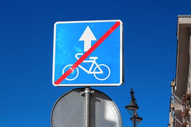 No se permiten bicicletas. signo de la ciudad en el pilar