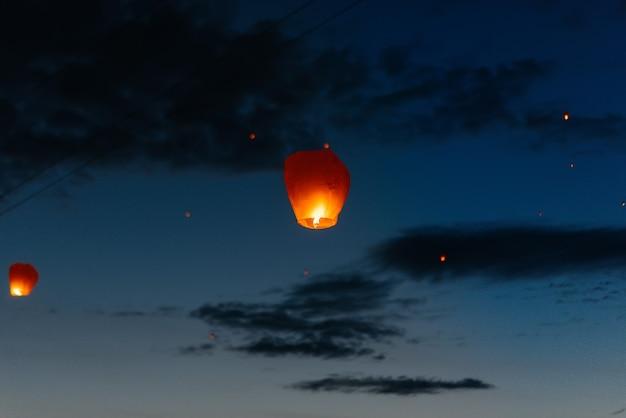Por la noche, al atardecer, las personas con sus familiares y amigos lanzan linternas tradicionales. tradición y viajes.