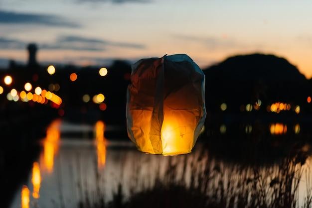 Por la noche, al atardecer, las personas con sus familiares y amigos lanzan linternas tradicionales.