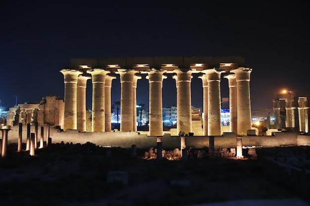 Noche en los antiguos templos de luxor, egipto.