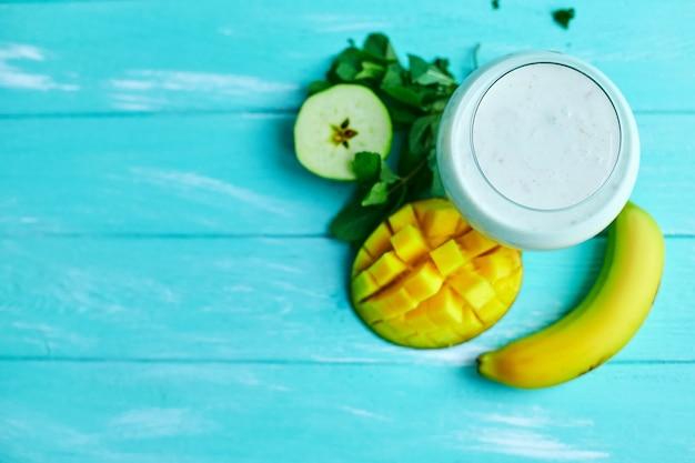Durante la noche avena con mango y coco