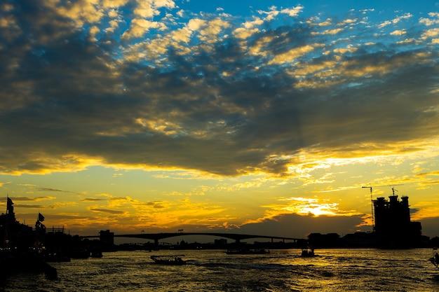 Noche en bangkok y el río chopraya, tailandia