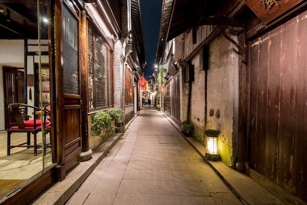 Por la noche, las calles de la ciudad antigua de zhouzhuang, suzhou, china