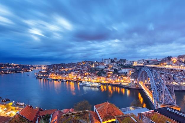 Noche casco antiguo y río duero en oporto, portugal