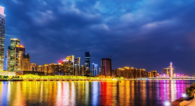 Noche de la ciudad de guangzhou y horizonte del paisaje arquitectónico