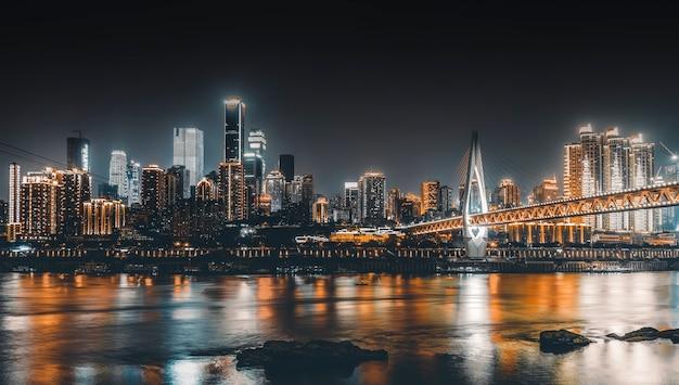 Noche de la ciudad y el horizonte