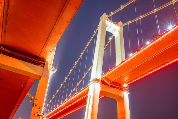Por la noche, dos puentes colgantes en el río yangtze, chongqing, china