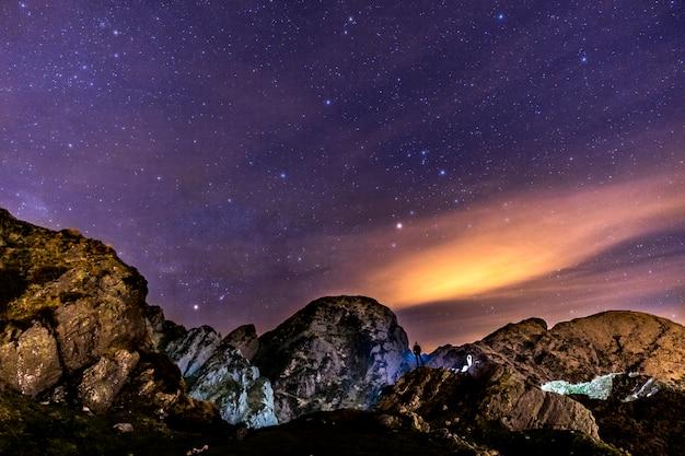 Noche en la hermosa montaña de aiako harria.