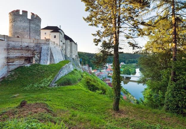 Por la noche el histórico castillo medieval de sternberk en república checa (bohemia central, cerca de praga)