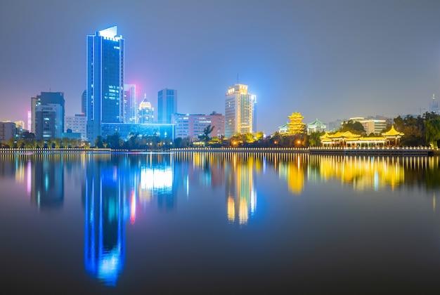 Por la noche, el horizonte de la ciudad se encuentra en taiyuan, provincia de shanxi, china