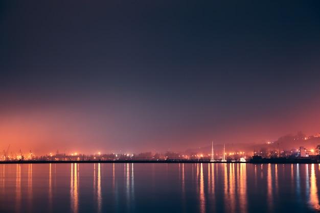 Noche mar, puerto.