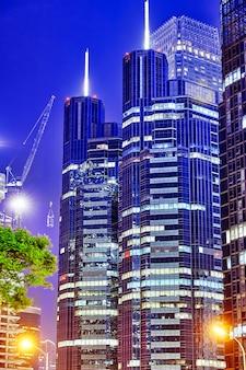 Por la noche, el moderno barrio de negocios de beijing de la capital, las calles de la ciudad con hermosos rascacielos. beijing. porcelana