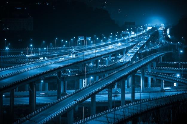 Por la noche, el paso elevado de varios pisos que se cruza en chongqing, china