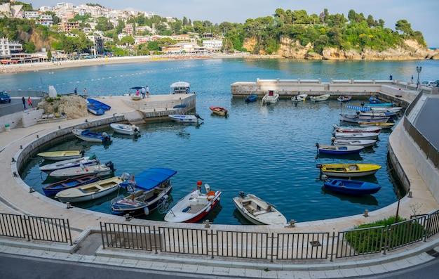 Por la noche, los pescadores amarraron sus barcos en el puerto después de pescar.
