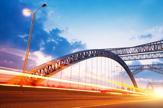 La noche del puente moderno.