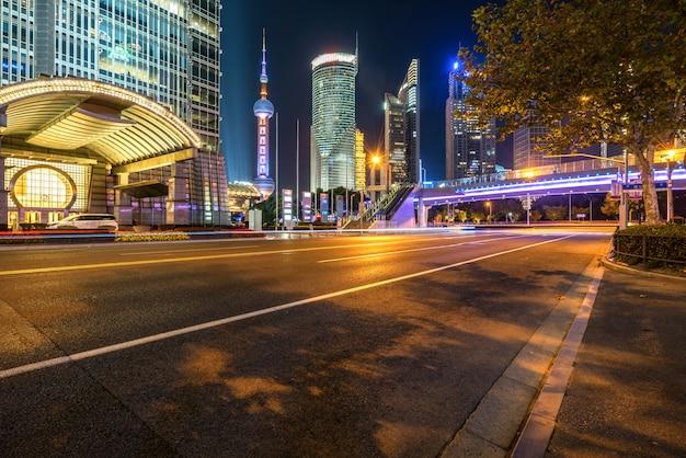 Por la noche bajo el puente peatonal del paisaje urbano de shangai por la noche, china