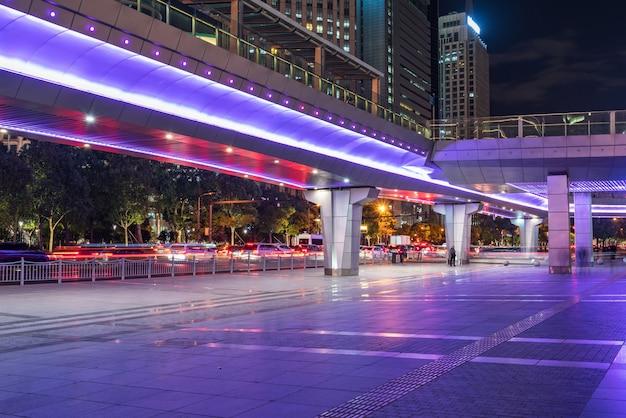 Por la noche, puentes peatonales y rascacielos en shanghai, china