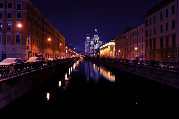Noche vista de año nuevo de la iglesia del salvador sobre la sangre en san petersburgo, rusia