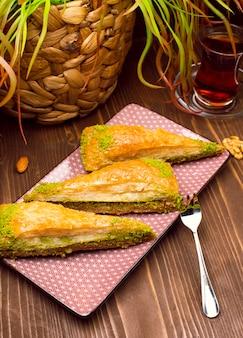 Nogal, pistacho estilo turco antep baklava presentación y servicio