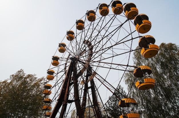 Noria de abadonrd en el pueblo fantasma de pripyat en la zona de exclusión de chernobyl, ucrania