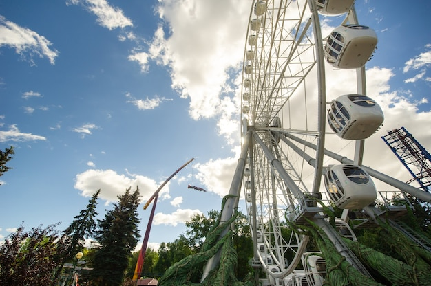 Noria grande sobre un fondo de cielo azul, primer plano. el parque de atracciones de la ciudad de san petersburgo