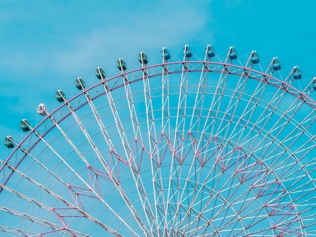 Noria en el parque con fondo de cielo azul