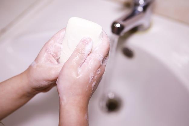 Normas de higiene. lavarse las manos antes de las comidas. tratamiento antibacteriano de manos con jabón. una forma de prevenir la infección por virus. protección contra el coronavirus.