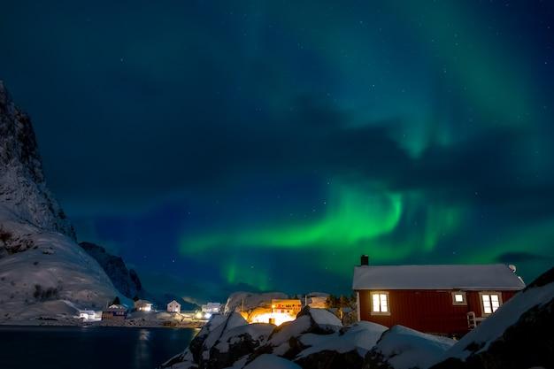 Noruega. lofoten. pueblo noruego en la isla hamnoy. noche de invierno. auroras boreales
