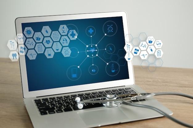 Nos importa la vulnerabilidad de salud revisando su computadora portátil y la violación de datos médicos verificando la seguridad en el teléfono inteligente