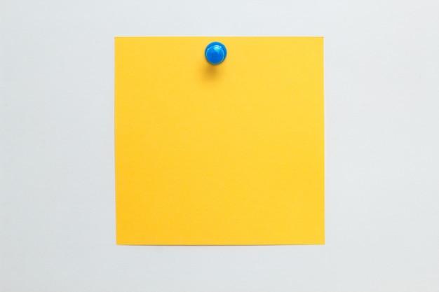 La nota adhesiva amarilla es un espacio de copia vacío.