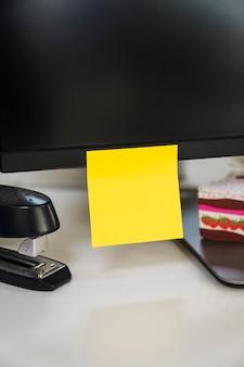 Nota adhesiva en monitor