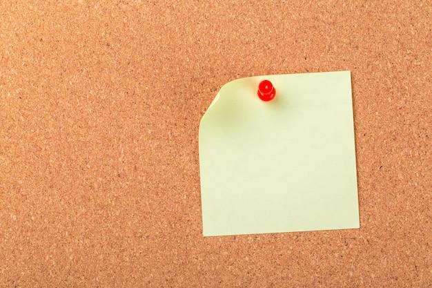 Nota adhesiva o post está en la cartelera de boletín de corcho