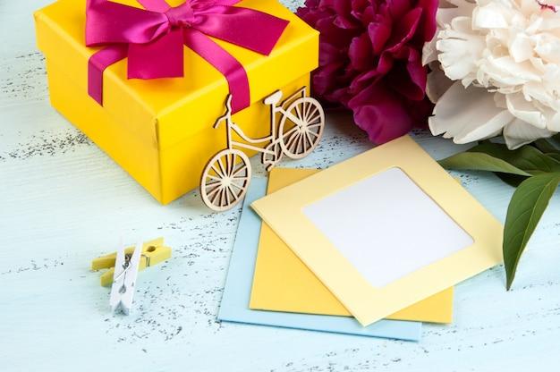 Nota en blanco, caja de regalo amarilla con lazo