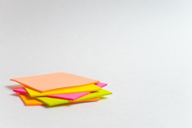 Nota colorida palos sobre fondo blanco