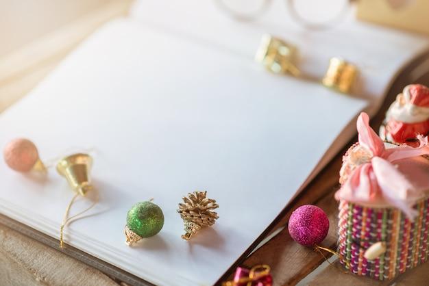 Nota de libro con decoración navideña y luz de bengala