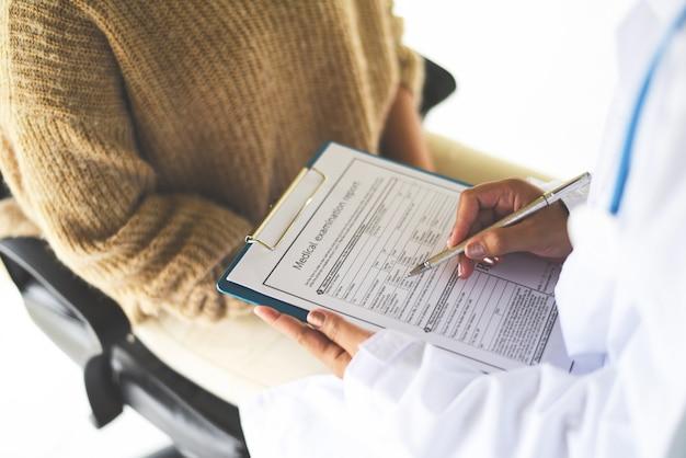 Nota del médico sobre historia clínica. informe de examen médico para diagnóstico en el hospital.
