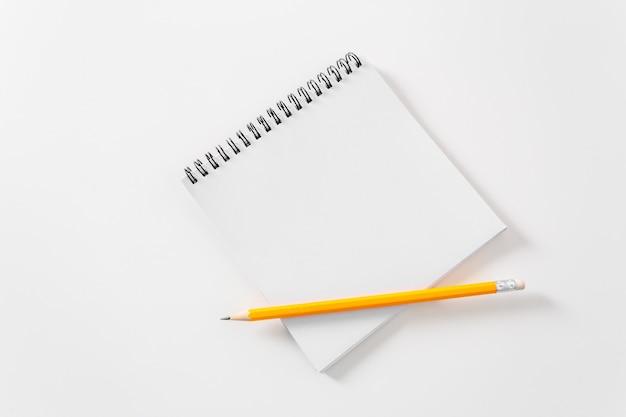 Nota de papel blanco en blanco