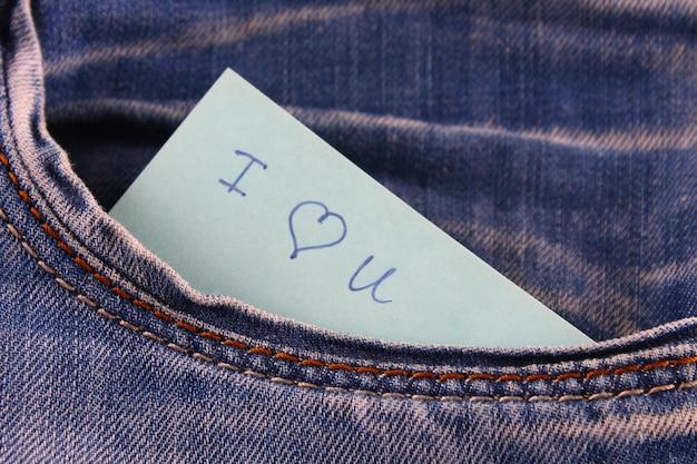 Nota de papel con la inscripción te amo.