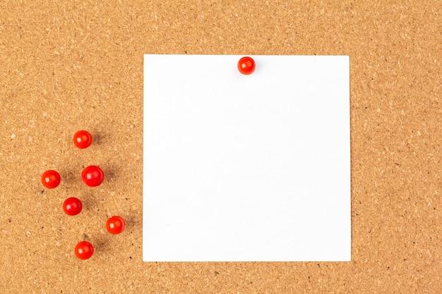 Nota papel pined en tablero de corcho marrón