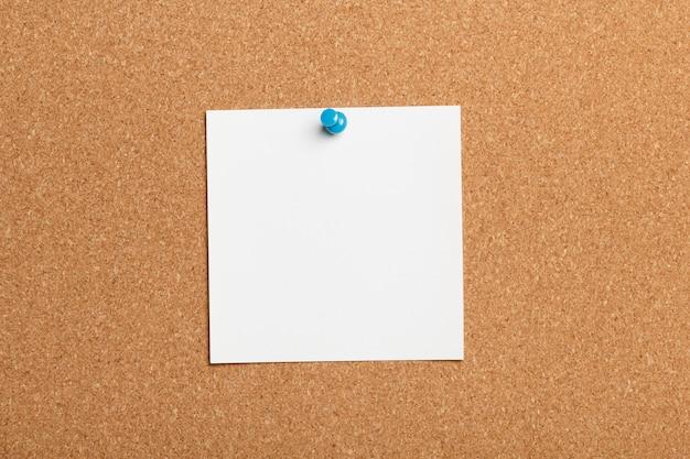 Nota de papel en tablero de corcho
