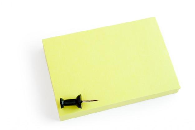 Nota post-it amarilla en blanco y pin aislado