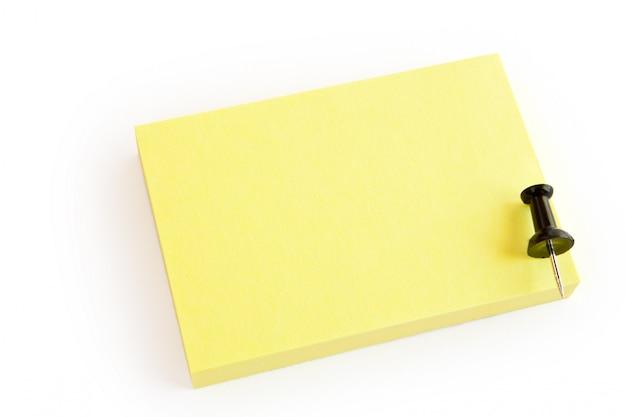 Nota post-it en blanco aislada en blanco