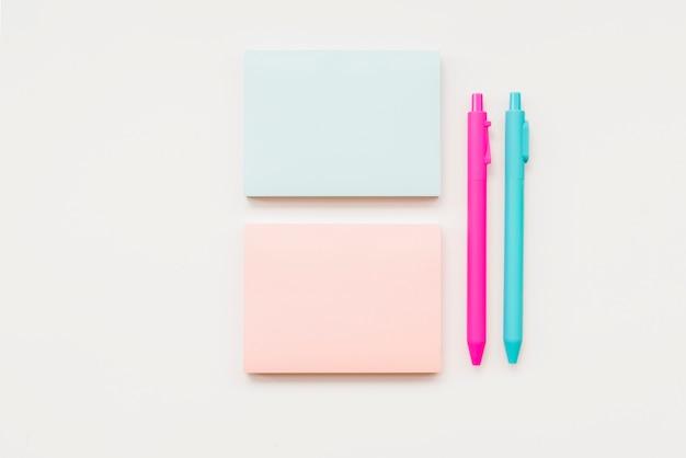 Notas adhesivas y bolígrafos