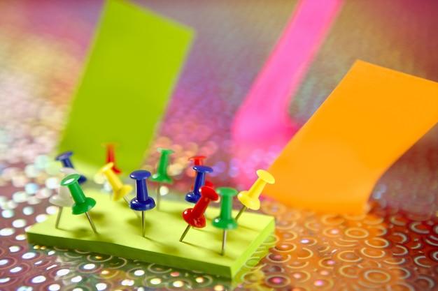 Notas adhesivas de color con pin colorido.