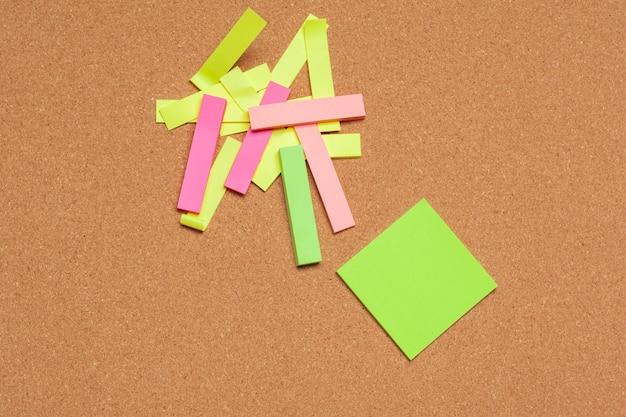 Notas adhesivas con copia espacio en el tablero de corcho