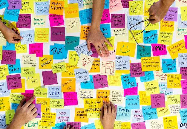 Notas adhesivas con mensajes y recordatorios.