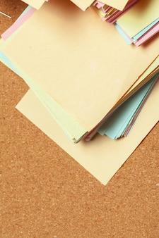 Notas adhesivas en el tablero de corcho
